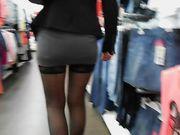 Une femme sexy sans culotte est montrant la chatte en public
