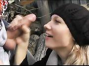 Sexe oral en plein air et sperme sur le visage