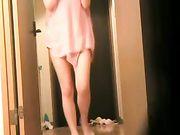 Femme japonaise est nue devant le livreur