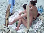 Porn à la plage avec une petite amie fait le sexe oral