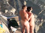 Un couple nudiste fait du sexe au voyeur de la plage