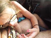 Sexe oral dans la voiture pendant qu'il conduit