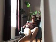 Une maman excitée se masturbe à la maison et filme